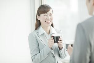 会話するビジネスウーマンとビジネスマンの写真素材 [FYI01619778]