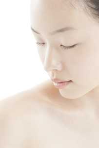 若い女性の透明感のある素顔スキンケアイメージの写真素材 [FYI01619796]
