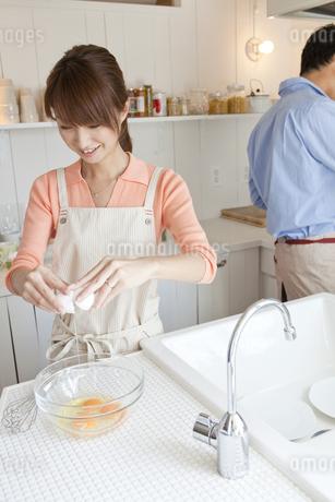 キッチンに立つ若い夫婦の写真素材 [FYI01619808]