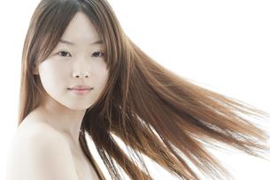ロングヘアが揺れる若い女性の美容イメージの写真素材 [FYI01619809]