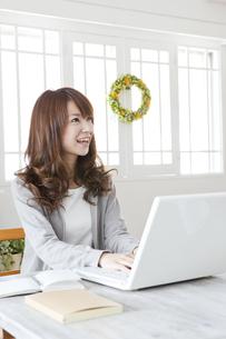 パソコンをする若い女性の写真素材 [FYI01619810]