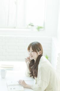 机で勉強する若い日本人女性の写真素材 [FYI01619816]