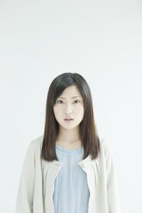 ポカンとした表情の若い女性の写真素材 [FYI01619824]