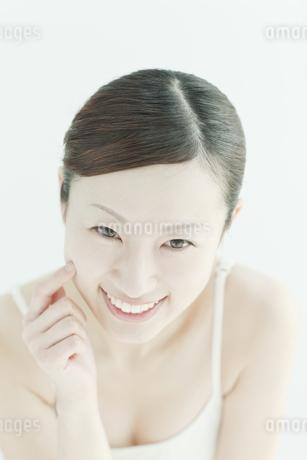 喜ぶ女性のスキンケアイメージの写真素材 [FYI01619829]