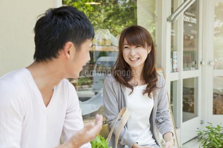 カフェで話す若い夫婦の写真素材 [FYI01619836]