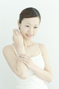 腕にクリームをぬる女性のスキンケアイメージの写真素材 [FYI01619839]