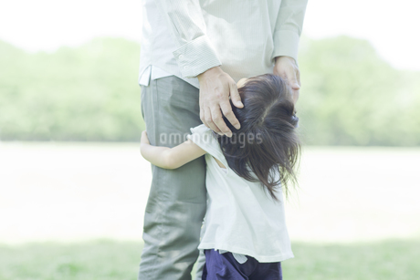 父親の脚に抱きつく女の子の写真素材 [FYI01619841]