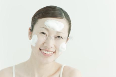 洗顔の泡を顔にのせる若い女性スキンケアイメージの写真素材 [FYI01619864]