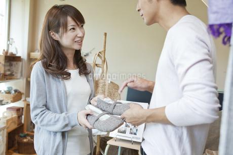 ショップで買い物をする若い夫婦の写真素材 [FYI01619866]
