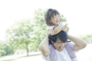 父親に肩車をしてもらいはしゃぐ女の子の写真素材 [FYI01619873]