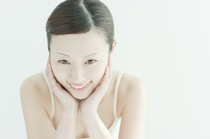 喜ぶ女性のスキンケアイメージの写真素材 [FYI01619889]