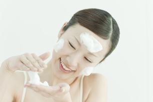洗顔の泡を顔にのせる若い女性スキンケアイメージの写真素材 [FYI01619908]