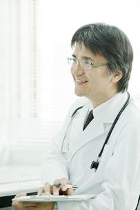 問診する日本人の医師の写真素材 [FYI01619915]