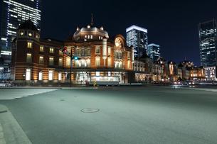 東京駅丸の内駅舎の夜景の写真素材 [FYI01619923]