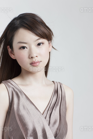 メイクアップしたドレスの若い女性の写真素材 [FYI01619983]