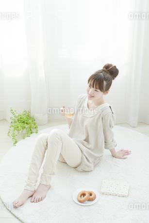 室内でリラックスして過ごす若い日本人女性の写真素材 [FYI01619987]