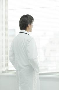 後姿の日本人の医師の写真素材 [FYI01619994]