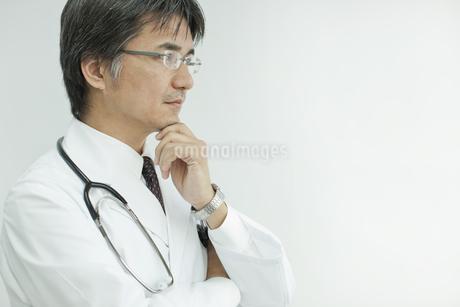 下を見て考える日本人の医師の写真素材 [FYI01619995]