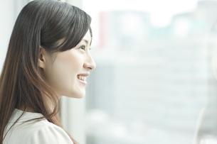 横顔の女性社員の写真素材 [FYI01620015]