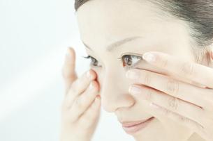 顔マッサージする女性のスキンケアイメージの写真素材 [FYI01620017]