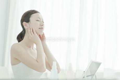 リンパマッサージをする女性のスキンケアイメージの写真素材 [FYI01620024]