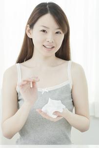洗顔の泡を持つ若い女性の写真素材 [FYI01620030]