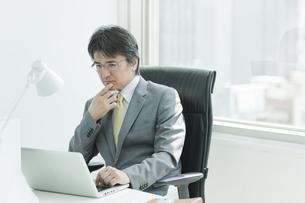 パソコンをするビジネスマンの写真素材 [FYI01620061]