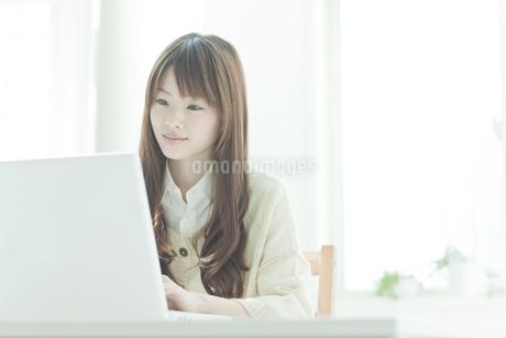 パソコン操作をする若い日本人女性の写真素材 [FYI01620064]