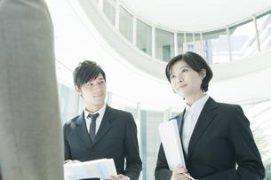 上司と打ち合わせする若いビジネスマンとビジネスウーマンの写真素材 [FYI01620066]