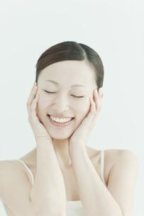 喜ぶ女性のスキンケアイメージの写真素材 [FYI01620068]