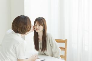 エステサロンでカウンセリングを受ける若い女性の写真素材 [FYI01620087]