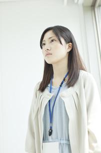 真面目な顔の女性社員の写真素材 [FYI01620090]