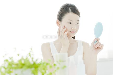 若い女性の透明感のあるスキンケアイメージの写真素材 [FYI01620105]
