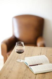 テーブルに置かれたワイングラスと本の写真素材 [FYI01620114]
