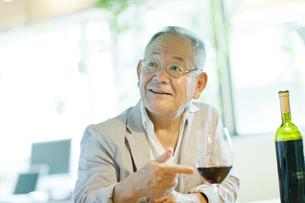 テーブルで笑顔のシニア男性の写真素材 [FYI01620127]
