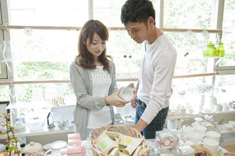ショップで買い物をする若い夫婦の写真素材 [FYI01620133]