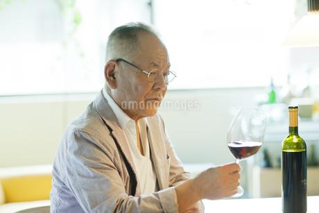 ワイングラスを見つめるシニア男性の写真素材 [FYI01620164]