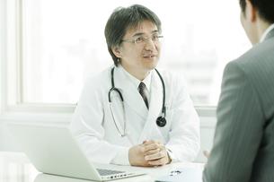 MRと話す日本人の医師の写真素材 [FYI01620167]