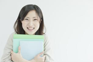 ファイルを持つ笑顔の女性社員の写真素材 [FYI01620170]