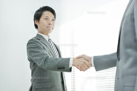 握手をする男性社員の写真素材 [FYI01620173]
