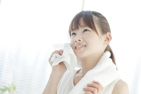 汗を拭く若い女性の写真素材 [FYI01620188]