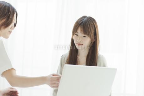 エステサロンでカウンセリングを受ける若い女性の写真素材 [FYI01620191]