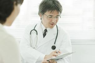 中年女性を問診する日本人の医師の写真素材 [FYI01620236]