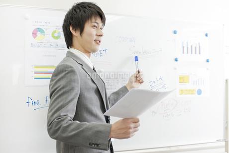 ホワイトボードを指し発言する男性社員の写真素材 [FYI01620248]