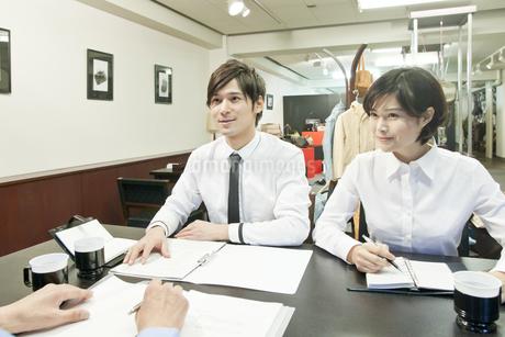 ミーティングをする若いビジネスマンとビジネスウーマンの写真素材 [FYI01620251]