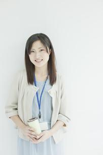 タンブラーを持つ女性社員の写真素材 [FYI01620270]