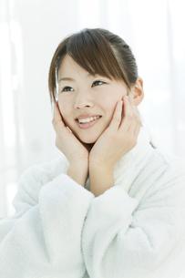エステサロンで施術後の若い女性の写真素材 [FYI01620289]