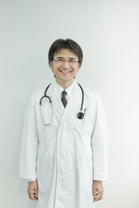 笑顔の日本人の医師の写真素材 [FYI01620297]