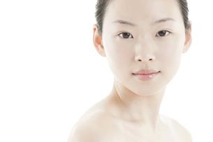 若い女性の透明感のある素顔スキンケアイメージの写真素材 [FYI01620302]