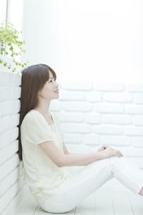 壁にもたれ座る若い日本人女性の写真素材 [FYI01620313]